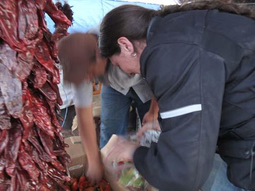 La Nénette qui négocie fermement le prix des piments à Hatch, NM