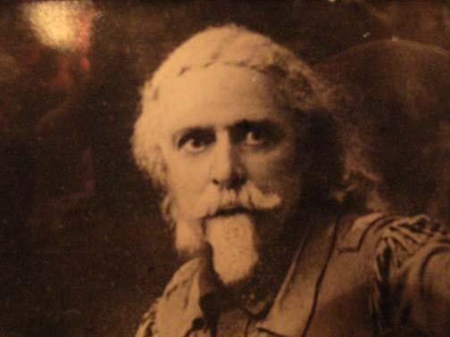 Buffalo Bill, ancêtre soupçonné de Geoff qui nous a envoyé ici pour entretenir la business familliale... Pour ceux qui le connaissent, vous avouerez que la ressemblance est suspecte.